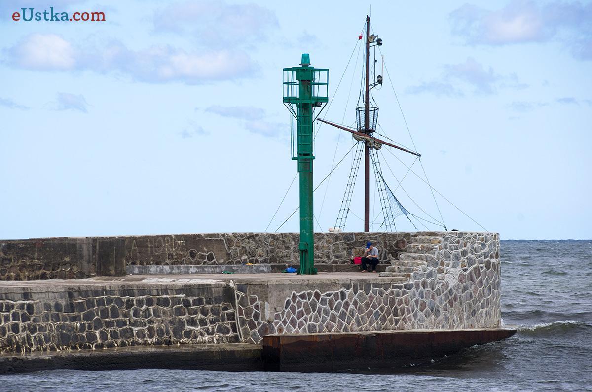 Statek za główką falochronu