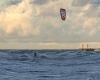 Kitesurfing, w oddali wejście do portu w Ustce