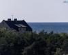 Widok z latarni Ustka - budynek na wydmie